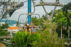 新加坡,新加坡- 2018年1月30日:室外观点的新加坡圣淘沙缆车和地平线的未认出的人 免版税库存照片
