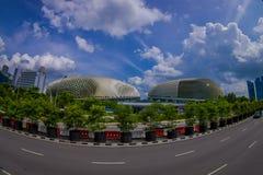 新加坡,新加坡- 2018年2月01日:小游艇船坞与一条长的高速公路的海湾沙子美好的室外看法,有巨大的 免版税库存图片