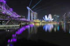 新加坡,新加坡- 2017年10月21日:小游艇船坞与光展示和Helixe桥梁,小游艇船坞海湾,新加坡的海湾沙子 图库摄影