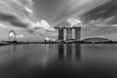 新加坡,新加坡- 2017年11月19日:小游艇船坞海湾沙子,黑白的新加坡 免版税图库摄影