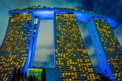 新加坡,新加坡- 2018年1月30日:小游艇船坞海湾美好的下面看法在晚上铺沙最大的旅馆在亚洲 它 库存照片