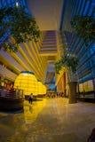 新加坡,新加坡- 2018年1月31日:小游艇船坞海湾豪华大厅美好的内部看法铺沙旅馆  库存照片