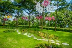 新加坡,新加坡- 2018年2月01日:幻想庭院华美的玻璃花美好的室外看法的 免版税库存图片
