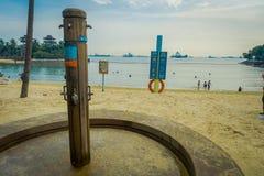 新加坡,新加坡- 2018年2月01日:情报签到一个金属结构和任意淋浴在的海滩 免版税库存图片