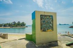 新加坡,新加坡- 2018年2月01日:情报签署一个扔石头的结构在沙子位于巴拉望岛 库存照片