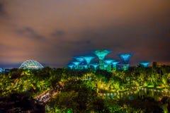 新加坡,新加坡- 2018年2月01日:惊人的照明美好的未来派看法在庭院的由海湾 库存图片