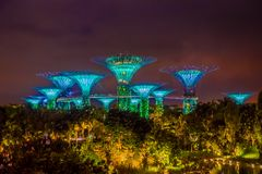 新加坡,新加坡- 2018年2月01日:惊人的照明美好的未来派看法在庭院的由海湾 免版税库存照片
