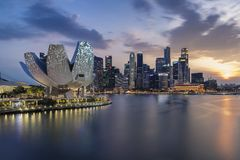 新加坡,新加坡- 2018年3月17日:新加坡地平线有日落的和城市点燃 免版税库存照片