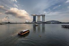 新加坡,新加坡- 2017年11月19日:新加坡河巡航和小游艇船坞海湾地平线在日落 免版税库存照片