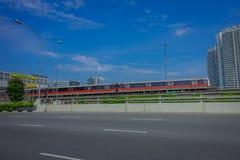 新加坡,新加坡- 2018年2月01日:新加坡许多迅速火车MRT室外看法在轨道移动 MRT 图库摄影