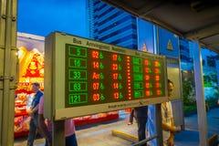 新加坡,新加坡- 2018年2月01日:未认出的人民走接近公共汽车行程表的到达,公众 免版税库存照片