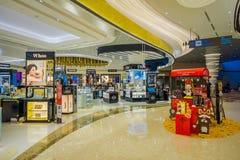 新加坡,新加坡- 2018年1月30日:未认出的在里面的人民买的事室内看法商店在 库存照片