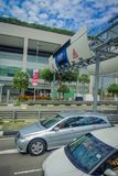 新加坡,新加坡- 2018年2月01日:汽车穿过在街道上的ERP系统在街市果树园在新加坡 免版税库存照片