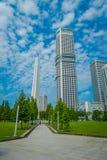 新加坡,新加坡- 2018年2月01日:白色塔结构室外看法与被找出的其他美丽的大厦的 库存图片