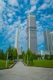 新加坡,新加坡- 2018年2月01日:白色塔结构室外看法与被找出的其他美丽的大厦的 免版税库存照片
