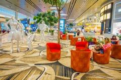 新加坡,新加坡- 2018年1月30日:等待的休息室区域华美的室内看法与有些沙发的在樟宜里面 免版税库存图片