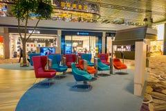 新加坡,新加坡- 2018年1月30日:等待的休息室区域华美的室内看法与某一五颜六色的沙发和电视的 免版税库存图片
