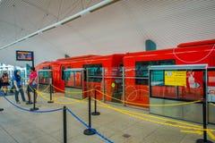 新加坡,新加坡- 2018年2月01日:等待红色单轨铁路车的未认出的人民在圣淘沙海岛,普遍 库存照片