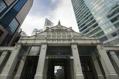 新加坡,新加坡- 2018年2月18日:莱佛士坊在新加坡商业区的MRT入口 免版税库存图片