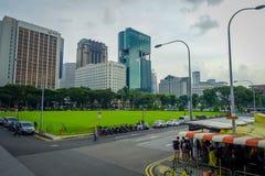 新加坡,新加坡- 2018年2月01日:走在有一些大厦的街道的室外观点的未认出的人民 免版税库存图片