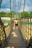 新加坡,新加坡- 2018年2月01日:走在海的一个木停止人行桥的未认出的人民 库存照片