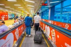 新加坡,新加坡- 2018年1月30日:进来在自动扶梯的未认出的人民在樟宜国际机场 库存图片