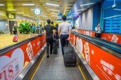 新加坡,新加坡- 2018年1月30日:进来在自动扶梯的未认出的人民在樟宜国际机场 库存照片