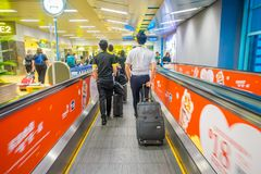 新加坡,新加坡- 2018年1月30日:进来在自动扶梯的未认出的人民在樟宜国际机场 免版税库存照片