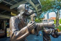 新加坡,新加坡- 2018年2月01日:铜雕塑由侍从和Marc Schattner说出Paparazzi Dog名字,室外 库存照片