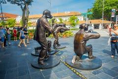 新加坡,新加坡- 2018年2月01日:铜雕塑由侍从和Marc Schattner说出Paparazzi Dog名字,室外 免版税库存图片