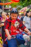新加坡,新加坡- 2018年2月01日:骑他的有一条美丽的狗的未认出的人画象自行车在a里面 库存图片