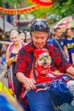 新加坡,新加坡- 2018年2月01日:骑他的有一条美丽的狗的未认出的人画象自行车在a里面 图库摄影
