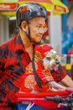 新加坡,新加坡- 2018年2月01日:骑他的有一条美丽的狗的未认出的人画象自行车在a里面 免版税库存照片