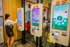 新加坡,新加坡- 2018年2月01日:麦克唐纳` s餐馆的自助式销售亭在新加坡 麦克唐纳` s是  免版税库存图片