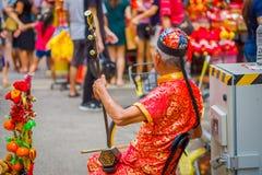 新加坡,新加坡- 2018年2月01日:busking沿一条拥挤的街的更老的街道音乐家在农历新年期间 库存图片