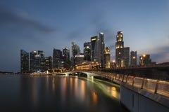 新加坡,新加坡- 2018年2月18日:Sigapore商业区地平线在蓝色小时 免版税库存图片