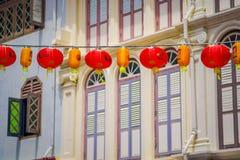 新加坡,新加坡- 1月30 2018年:关闭在唐人街驱散的装饰灯笼,新加坡附近 中国` s 免版税库存图片