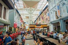 新加坡,新加坡- 1月30 2018年:吃在拉乌Pa星期六节日市场Telok Ayer上的室内观点的人是a 免版税图库摄影