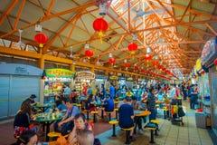 新加坡,新加坡- 1月30 2018年:吃在拉乌Pa星期六节日市场Telok Ayer上的未认出的人民是a 免版税图库摄影
