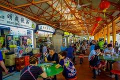 新加坡,新加坡- 1月30 2018年:吃在拉乌Pa星期六节日市场Telok Ayer上的未认出的人民是a 免版税库存照片