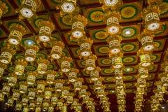 新加坡,新加坡- 1月30 2018年:在牙遗物寺庙,在瓷镇附近的新加坡里面的美丽的金黄灯 库存图片