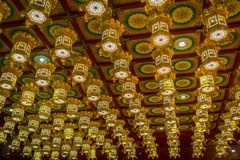 新加坡,新加坡- 1月30 2018年:在牙遗物寺庙,在瓷镇附近的新加坡里面的Beaiful金黄灯 库存照片