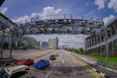新加坡,新加坡- 1月30 2018年:横渡在一条高速公路的一个金属结构下的有些汽车室外看法与 免版税图库摄影
