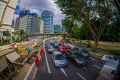 新加坡,新加坡- 1月30 2018年:汽车、街道和都市场面在新加坡中区  免版税库存图片