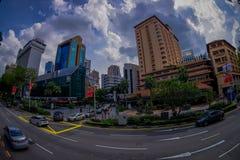 新加坡,新加坡- 1月30 2018年:汽车、街道和都市场面在新加坡中区  免版税图库摄影