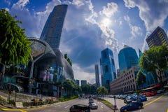 新加坡,新加坡- 1月30 2018年:汽车、街道和都市场面在新加坡中区  库存照片
