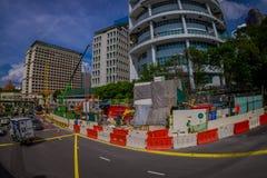 新加坡,新加坡- 1月30 2018年:流通接近改造的许多汽车室外看法在街道的区域a 库存图片