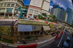 新加坡,新加坡- 1月30 2018年:流通接近改造的许多汽车室外看法在街道的区域a 免版税图库摄影