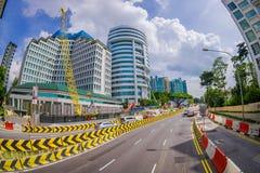 新加坡,新加坡- 1月30 2018年:流通接近改造的许多汽车室外看法在街道的区域a 免版税库存图片