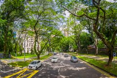 新加坡,新加坡- 1月30 2018年:许多汽车美好的室外看法在路围拢的植被在 免版税库存图片